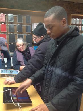 Djuna visits the Apple shop